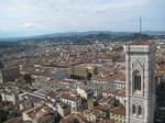 サンタ・マリア・デル・フィオーレ大聖堂(Cattedrale di Santa Maria del Fiore)のてっぺんから見るジョットの鐘楼 (Campanile di Giotto)