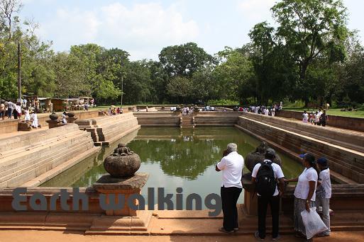 アヌラーダプラ(Anuradhapura)のクッタム・ポクナ(Kuttam Pokuna)