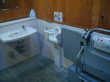 多磨霊園 小金井門広場多目的トイレ