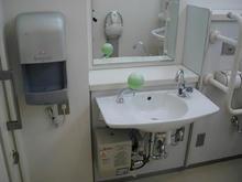 稲城市中央図書館多目的トイレ