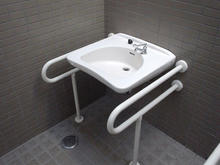 狭山湖畔霊園 駐車場多目的トイレ