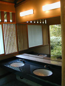 昭和記念公園 日本庭園東トイレ