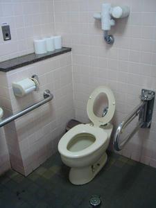昭和記念公園 西立川口ゲート内多目的トイレ