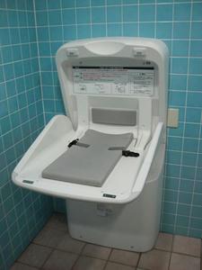 サンドラッグ三鷹牟礼店 外トイレ