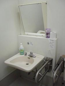 いなげや小平学園西町店 外多目的トイレ