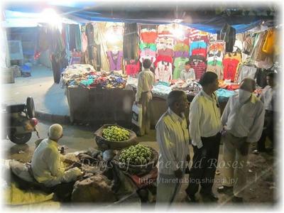 デリーの夜の市場