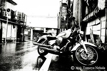 雨の中のバイク