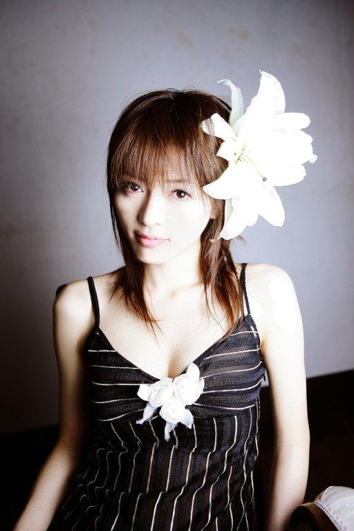 花をつけた釈由美子。