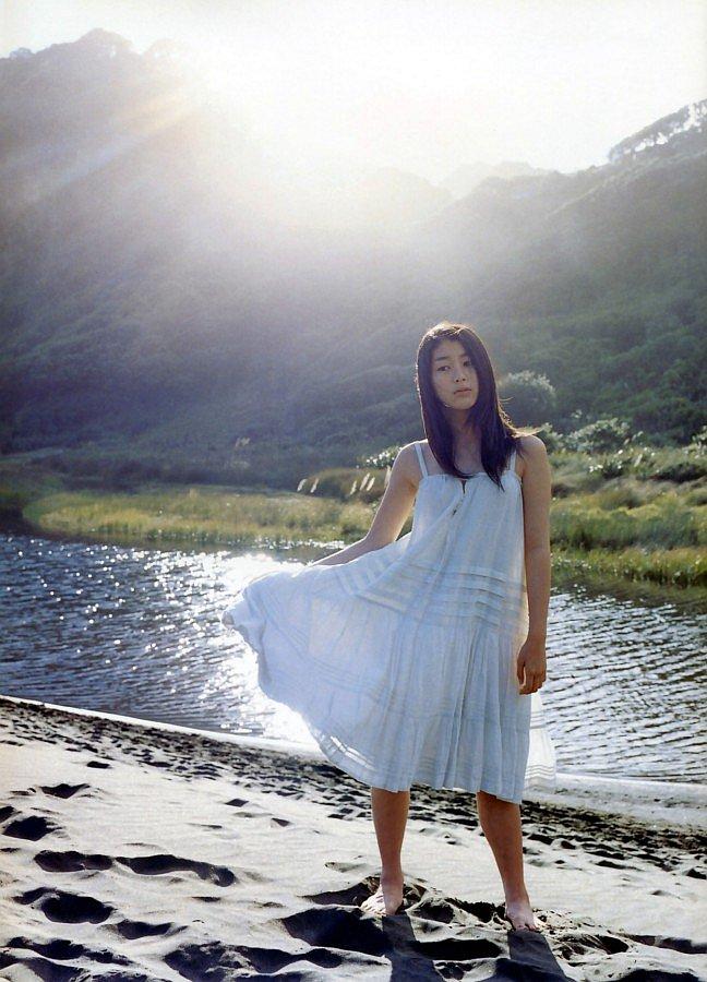 成海璃子のスカート広げる