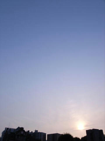 青空に太陽