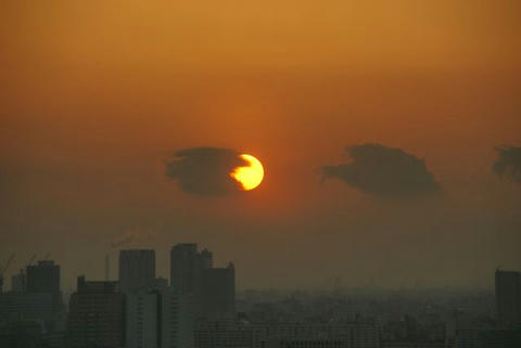 雲に食べられる夕日