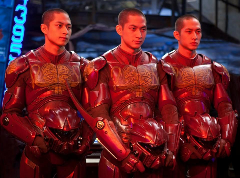 中国製イェーガー「クリムゾン・タイフーン」は腕が3本あるのでパイロットは三つ子 タン兄弟