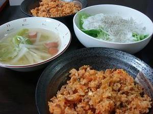 今日のごはん,夕食の写真,豚キムチチャーハン,野菜のスープ,じゃこサラダ