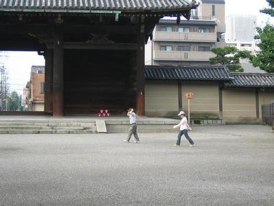 京都・東寺ウォーキングする人たち