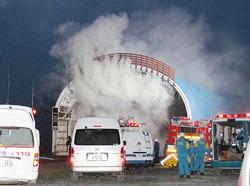 白煙をあげるJR石勝線の第1ニニウトンネルの出入り口