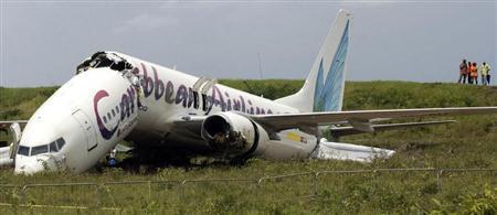 旅客機が着陸失敗、機体が真っ2つに割れる。