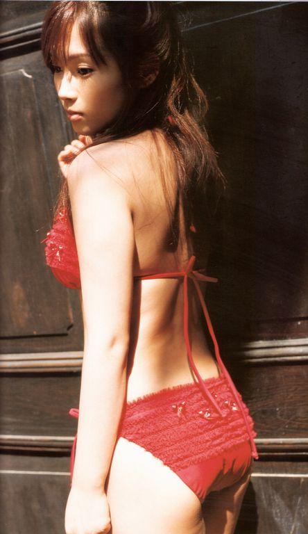 赤の水着がとてもセクシーな安倍なつみの画像♪