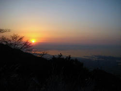六甲山から朝日を望む