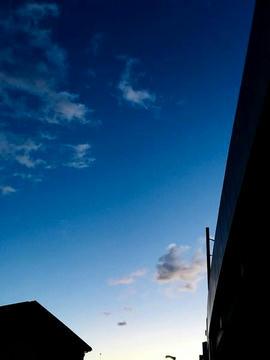 青空と白い雲の朝