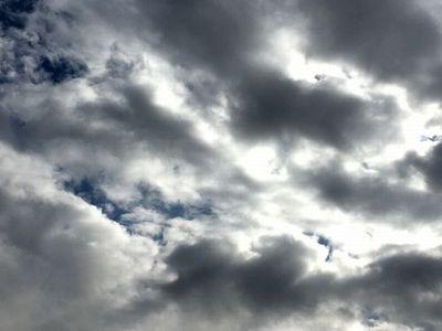 青空と白い雲 不穏02