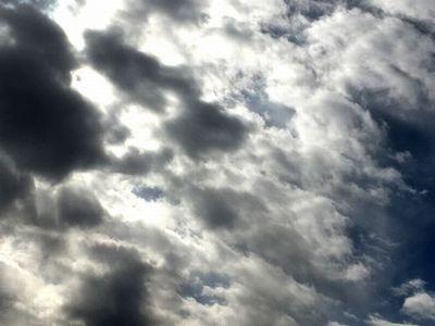 青空と白い雲 不穏04