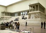 800px-Pergamonmuseum_Pergamonaltar.jpg