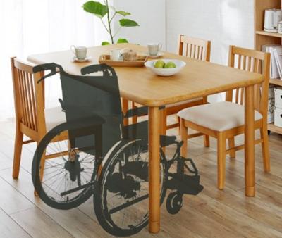 安心テーブルを使って車椅子に乗ったまま食事