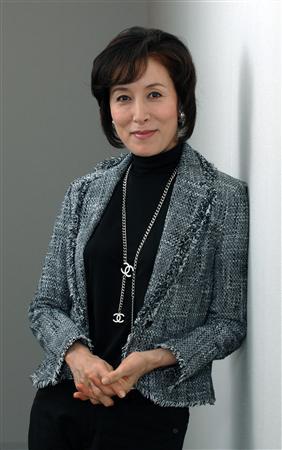 黒い服にジャケットを着てシックな雰囲気の高畑淳子