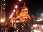 太鼓の音と共に、大きな竿燈が一斉に通りに立ち並ぶ!