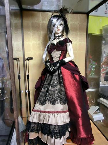 ケースに一人しか入らないくらい美麗ドレス!