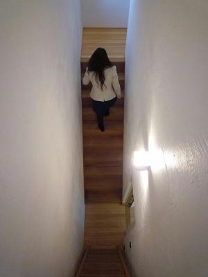 夫婦の寝室には階段