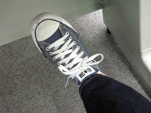 右足の靴ひも