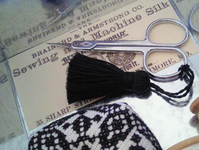 黒糸のタッセル。