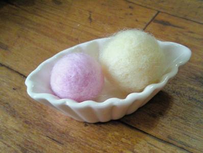 セリアの羊毛フェルトキット使用のボール。
