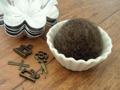 油つき原毛+セリア羊毛のフェルトボール。