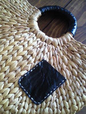 黒革のポケット。