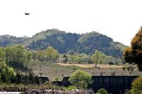 猪俣の集落から見上げた猪俣城