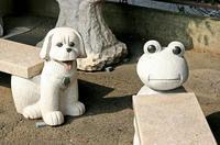 蛙と犬のオブジェ