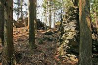 小口のような尾根筋の岩
