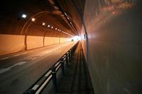 戸張城の台地を貫通する柏隧道