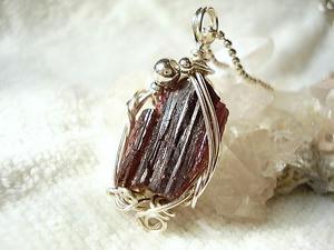 レッドトルマリン結晶原石のペンダント