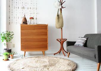 ナチュラルなかわいい雰囲気のコンパクトルームです。どこかノスタルジックな印象のUS21ソファと柔らかな色合いのラグ。あえてかわいいローテーブルを置かないことによって、限られたスペースながらもすっきり開放感のある部屋に。壁面には、温かみのあるかわいいチーク材を使用した北欧テイストのALBEROかわいいトールチェスト。シェルをつなげた自然素材ののれんやウッドのポールハンガーと調和し、味気ない部屋の白壁に程よいリズム感が生まれます。