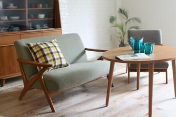 どこか北欧レトロな雰囲気のFIVEソファをメインにしたかわいいカフェスタイルのリビング部屋。スモールスペースでも2シーター+1シーターという組み合わせが可能なコンパクトサイズながら、北欧木製アームでゆったりした座面を確保された部屋。くつろげるソファは、カフェかわいいスタイル部屋には必須アイテムですよね。組み合わせた北欧テーブルは、ソファに座って食事するのにちょうどいい高さ。ランチにティータイム、1日の大半はここでくつろげます。こつこつ集めたお気に入りのかわいいコーヒーカップは、部屋の一部として見せる収納に。心地よく流れる北欧テイスかわいい音楽を聴きながら、お家でのんびりカフェ部屋気分を楽しむのもいいですね。