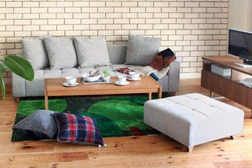食欲の秋。秋仕様に模様替えしたリビングで、昼下がりのランチパーティーはいかがでしょうか?ゆったり低めのソファに大きめのローテーブル、ラグにクッション。床座のリビングパーティーは、床に座ってくつろぐ暮らしに慣れている日本人ならではの、心地よいリラックススタイルです。低い作りのQUEUEソファは、床に座っている人の目線も近く、みんなでテーブルを囲むパーティーにもぴったり。人数に合わせてフレキシブルにスペースを作ることができるのも、リビングパーティーの良いところですね。あったか素材のクッションやブランケット、深みのある秋色ラグで、いつものリビングも秋の表情に早変わり。温かみのあるくつろぎコーディネートで、秋の味覚を堪能してみては?