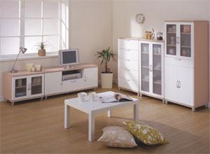 ■柔らかさを与えるエッジデザイン家具に模様替え。ナチュラルとホワイトの色合いが上品な印象を与え、角をラウンドにしたエッジデザインがやわらかい部屋を作りだします。シックハウス症候群の原因と言われるホルムアルテビトは、建材のみならず、部屋の家具の芯材や塗装にも含まれています。部屋の環境を健康的にするために、こちらの商品は全て低ホルムアルデヒドE1基準をクリアしたナチュラル家具を使った模様替えになります。ミツバチの巣の構造から生まれたハニカム構造を採用。強度がありながら、軽量なので飛行機の床材などにもこの構造が利用された模様替えです。
