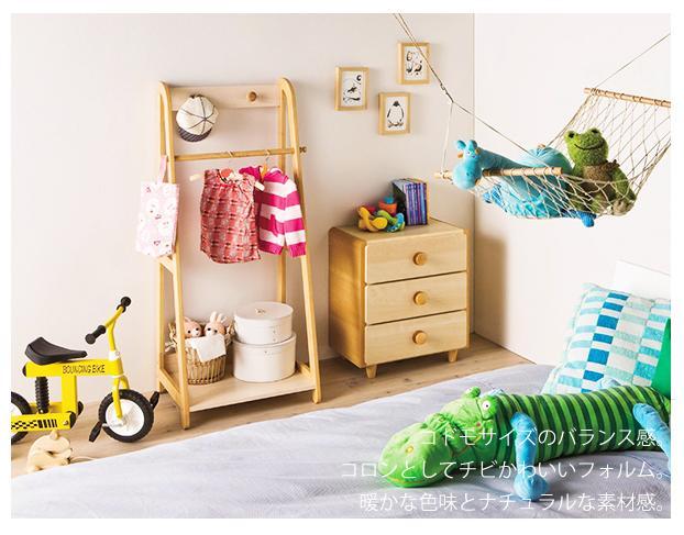 小さな手でも安心な子供部屋の模様替え。身のまわりの物から整理整頓が自然に身につく家具です。子供サイズのバランス感、暖かな色味とナチュラルな素材感、コロンとしてチビかわいいフォルムなど子供部屋の模様替えの家具を考えました。体に当たっても安心なように、本体、扉の前板の角を丸めたラウンドシェイプを採用。ホルムアルデヒド放射区分:F☆☆相当品 組立式