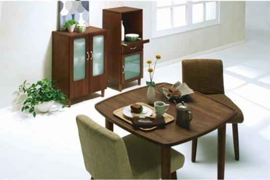 Browny@cafe(ブラウニー カフェ)。シングルかわいいライフやディンクス等のコンパクトな暮らしを対象としたカフェ風部屋、ブラウニーインテリアシリーズ☆ ミッドセンチュリーで丸みのあるデザインが、オシャレでゆったりとくつろいで頂けるかわいい空間を演出します。ブラウニーカフェシリーズで、トータルかわいいコーディネイト★自分の部屋がオシャレカフェのような雰囲気になって、まったりくつろぎかわいい空間に大変身♪塗装のオイルフィニッシュとは,天然乾性油に乾燥剤や着色料などを加え、木材に浸透させながら磨き、表面に塗膜を作らない仕上げ方法。濡れたものを置くと染みになったり、汚れや傷は付きやすいですが、使い込むほどに味わいが出てきます。