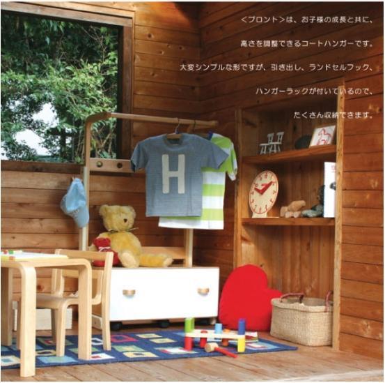 お子さんの成長と共に高さを調節できるコートハンガーです。大変シンプルな形ですが引き出し、ランドセルフック、ハンガーラックがついているので、たくさん収納することができます。 ご家庭はもとより、保育園、幼稚園などでの仕様にも適しています。かわいいデザインのカロタ・シリーズ。お部屋のインテリアにもバッチリです★子供部屋の模様替えに最適♪