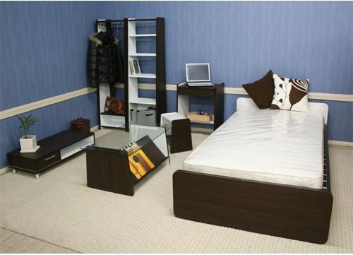 一人暮らしの方向けのコンパクトで機能的な部屋のレイアウトです。限られた部屋の中で、快適さ暮らしやすさを自分スタイルで表現できます。生活環境に合わせてアイテムを加えていけます。寝心地とレイアウトデザインの両方にこだわった木製ベッド(すのこベッド)です。洋室、和室を選ばず、どんなレイアウトテイストのお部屋にもマッチします。コンパクトで機能的な1人暮らし!カラーはダークブラウン&ホワイト!限られたレイアウト空間の中で快適さ・暮らしやすさ自分スタイルに表現します。本棚として大量収納しても、部屋のディスプレイラックとしても使用できます。