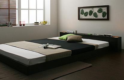☆開放的なレイアウト空間を生み出すフロアタイプ。高さを抑えたモダンデザインは、圧迫感をあまり感じさせず、お部屋に広々とした印象を与えます。狭いワンルームでも部屋ベッドが欲しい時にはフロアタイプがお勧めです。☆ツインモダンライトで心癒させる日々。ヘッドフレームレイアウトには、天井を照らすようにツインライトが付いています。モダンな空間にふっと癒される灯りをプラスして、落ち着ける雰囲気に。☆ベッド周りをすっきりさせる収納部屋スペース。ベッドの周りは細かいものが散らかりがち。朝起きてすぐ使いたい携帯や、メガネを置くモダンスペースはもちろん夜寝る前に読みたい雑誌もオシャレに収納できます。